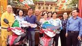 Phó Bí thư Thành ủy TPHCM Võ Thị Dung cùng các đại biểu trao phương tiện sinh kế cho người dân