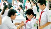 Bác sĩ khám bệnh cho học sinh trong vùng bị ảnh hưởng của vụ cháy Công ty Rạng Đông