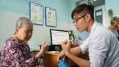 Bác sĩ đang thăm khám cho bệnh nhân sa sút trí tuệ