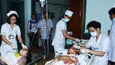 Các y, bác sĩ tham gia cấp cứu cho nạn nhân trong vụ tai nạn giao thông nghiêm trọng ở Kom Tum