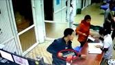 Không được tháo khớp tay, vác dao vào bệnh viện gây náo loạn