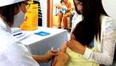 Cần kiểm tra kỹ sức khỏe của trẻ nhỏ trước khi cho trẻ đi tiêm chủng vaccine