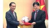 Quả bóng có chữa ký của toàn bộ cầu thủ đội tuyển quốc gia Việt Nam và thành viên Ban huấn luyện vô định AFF Cup 2018