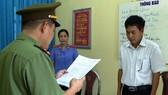 Cơ quan công an đọc quyết định khởi tố đối với ông Trần Xuân Yến