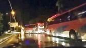 Đoàn xe loại 45 chỗ chở các đối tượng người Trung Quốc bị bắt trong sào huyết cờ bạc Our City ra khu vực biên giới Việt -Trung