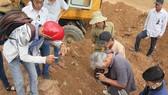 Bia đá được tìm thấy dưới lớp đất san ủi làm bãi đỗ xe
