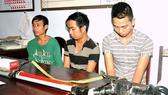 Đối tượng Nguyễn Xuân Thiều (áo xanh) và một số đối tượng khác trên địa bàn huyện Phú Lộc bị bắt về hành vi mua bán, sử dụng ma túy trái phép