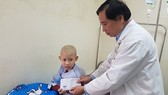 Trao tiền giúp nhiều bệnh nhân nghèo miền Trung