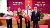 Ông Phan Thiên Định (thứ 2 từ phải sang trái) được bầu làm Phó Chủ tịch UBND tỉnh Thừa Thiên - Huế
