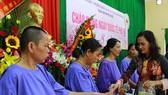 Tặng quà Quốc tế phụ nữ cho 100 bệnh nhân khuyết tật