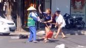 Trần Thị Yến Ly đánh chị Dương Thị Hoa (hình ảnh cắt từ clip)