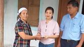 Báo SGGP trao tiền hỗ trợ cho người thân cụ Lê Thị Chạn