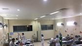 Các y bác sĩ Bệnh viện Trung ương Huế cơ sở 2 nỗ lực cứu chữa các bệnh nhân ngộ độc.