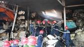 Lực lượng chức năng nỗ lực khống chế và dập tắt đám cháy.