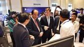 Bộ trưởng, Chủ nhiệm Văn phòng Chính phủ Mai Tiến Dũng trao đổi với các diễn giả bên lề hội thảo