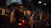 Những ngọn nến tri ân được các bạn đoàn viên thanh niên thắp sáng tại nghĩa trang liệt sĩ.