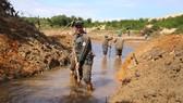 Công nhân đội nắng đào kênh dẫn nước