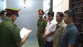 Đọc lệnh bắt giam Phạm Hồng Hải (áo trắng)