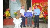 Phó Thủ tướng Thường trực Trương Hòa Bình trao tặng quà cho Hội Khuyến học huyện Tân Biên, Tây Ninh.