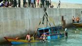 2/3 chiếc tàu đánh cá của ngư dân Hà Tĩnh bị chìm dưới biển đã được cẩu lên mặt nước thành công