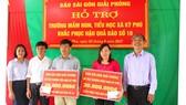 Đại diện Báo SGGP trao số tiền hỗ trợ cho Trường Tiểu học và Trường Mầm non xã Kỳ Phú, huyện Kỳ Anh, tỉnh Hà Tĩnh