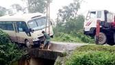 Lực lượng chức năng kéo xe ô tô khách rời khỏi hiện trường tai nạn