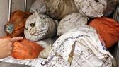 Mỡ động vật đã bốc mùi hôi được chất đầy trong các bao tải