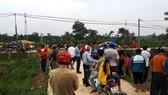 Nhiều người dân tập trung trước cổng cơ sở giết mổ gia súc tập trung
