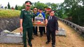 An táng hài cốt liệt sĩ tại Nghĩa trang liệt sĩ Nầm ở huyện Hương Sơn, tỉnh Hà Tĩnh