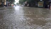 Đường Nguyễn Công Trứ ở thành phố Hà Tĩnh ngập sâu trong nước