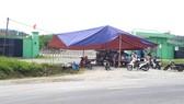 Sáng 12-8, người dân tiếp tục dựng rạp chắn ngang trước cổng nhà máy xử lý rác thải để phản đối ô nhiễm