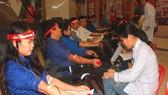 Các bạn đoàn viên, thanh niên tham gia hiến máu