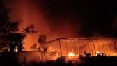 CLIP: Ba nhà dân ở Hà Tĩnh bị cháy rụi trong đêm