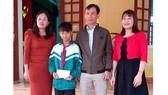 Em Nguyễn Văn Chương bên các thầy cô giáo