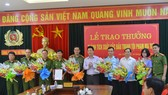 Chủ tịch UBND tỉnh Hà Tĩnh Đặng Quốc Khánh tặng hoa, trao thưởng cho các lực lượng tham gia phá án