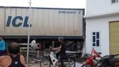 Xe container đâm vào nhà dân bên đường