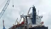 Lực lượng chức năng đang tiến hành trục vớt 2 tàu bị chìm ở cảng biển Vũng Áng
