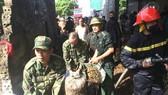 Lực lượng chức năng nỗ lực khống chế đám cháy và di chuyển tài sản ra ngoài