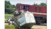 Tàu hỏa va chạm với ô tô tải trên đường sắt Bắc - Nam, 1 người bị thương nặng