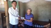 Đại diện xã Thạch Điền, huyện Thạch Hà, tỉnh Hà Tĩnh trao 10 triệu đồng của bạn đọc báo SGGP cho gia đình bà Dương Thị Thìn