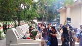 Ngày 24-7, rất đông người dân về thắp hương tại mộ 10 nữ anh hùng liệt sĩ TNXP Ngã ba Đồng Lộc
