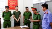 Cơ quan Công an tống đạt quyết định khởi tố bị can đối với Nguyễn Trọng Hùng