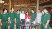 Lãnh đạo Bộ đội Biên phòng Hà Tĩnh trao quà hỗ trợ học sinh có hoàn cảnh khó khăn