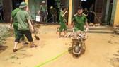 Công an huyện Hương Khê giúp xã Hương Đô dọn dẹp vệ sinh môi trường sau lũ rút