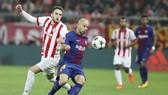 Barca (đỏ xanh) để Olympiacos cầm chân đầy tiếc nuối. Ảnh: Getty Images