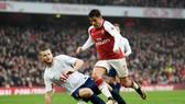 Eric Dier (trái, Tottenham) trong một tình huống để Alexis Sanchez (Arsenal) vượt qua. Ảnh: Getty Images