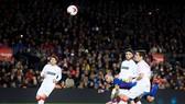 Barca (đỏ xanh) đã dễ dàng vượt qua đối thủ.Ảnh: Getty Images