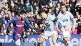 Messi (đỏ xanh) ghi bàn, Barca vẫn chia điểm. Ảnh: Getty Images.