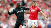 Henrikh Mkhitaryan (phải) phải đã tự kết thúc tương lai ở Man.United. Ảnh: Getty Images