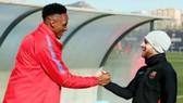 Mina (trái) được Messi chào đón. Ảnh: Getty Images